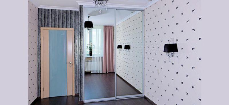ארון מעוצב עם דלתות מראה