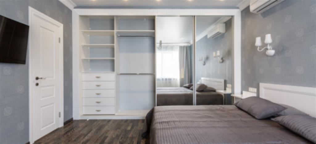 ארון בגדים בחדר השינה עם מראה